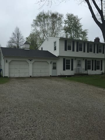 Cozy White Colonial Home/RNC - Willoughby Hills - Casa