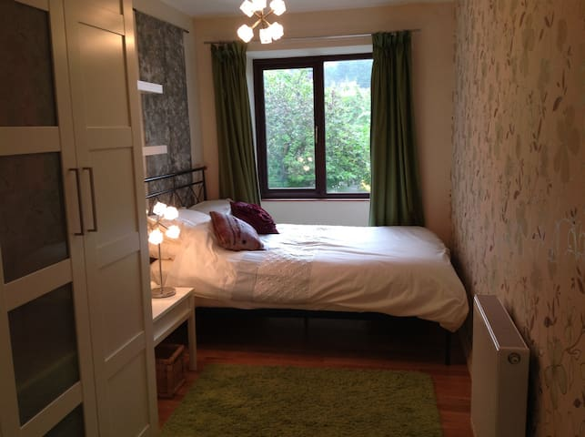 Village house, double bed with ensuite and parking - Arnside
