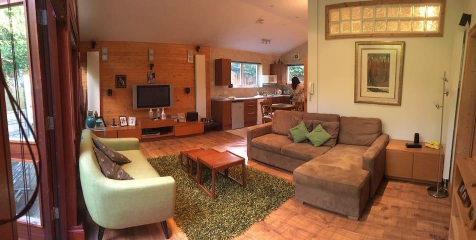 The Log Cabin Annexe in the Garden, Buckhurst Hill - Buckhurst Hill - Guesthouse