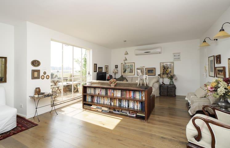 Spectacular, designer 1BR apartment - Yehud-Monosson - Daire