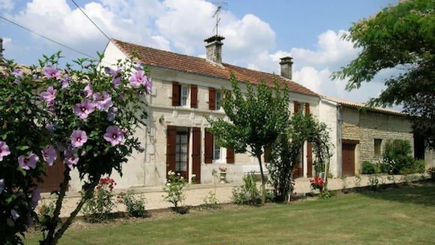 La douceur de vivre  dans notre gîte rural - Nieul-le-Virouil - Casa
