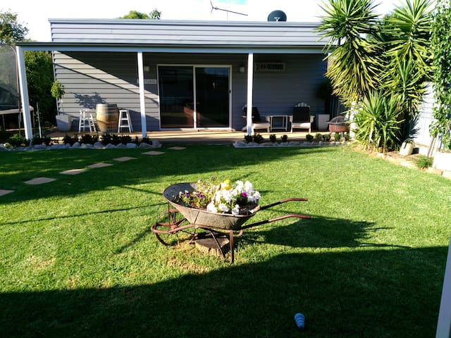 Studio w QS bed & private bathroom - Wangaratta - Huoneisto