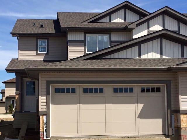 Cozy 4 bedroom, 3 bathroom home - Spruce Grove  - Casa