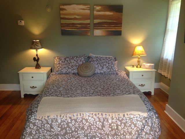 Sage Room -  Queen Bed. - Saranac Lake - Hus