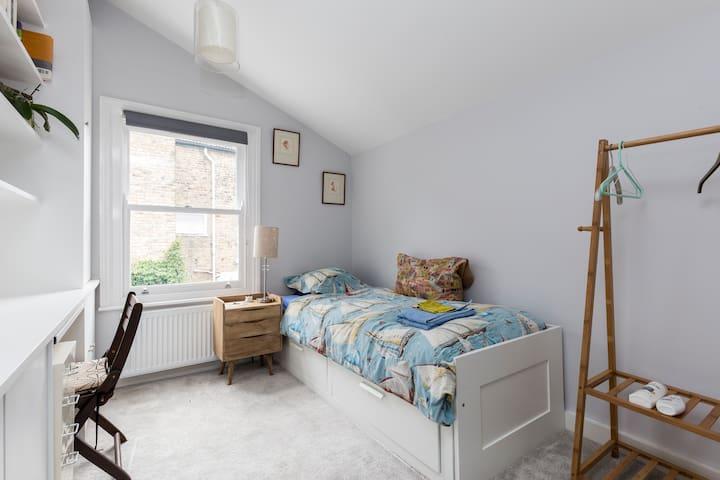 Clean, single bedroom with en-suite shower + WI FI - London - Haus