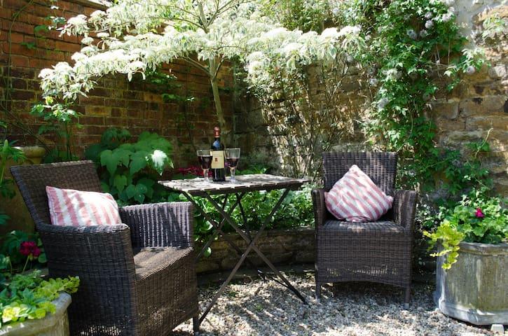 The Hollies, High Street East, Uppingham, Rutland - Uppingham - Bed & Breakfast
