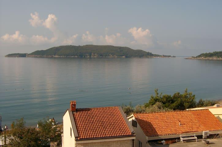 Sunny flat 1 min walk to the beach - Rafailovići