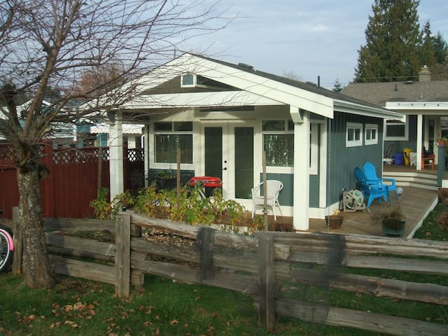 Sweetest Little Cottage in P'ville! - Parksville - Hytte