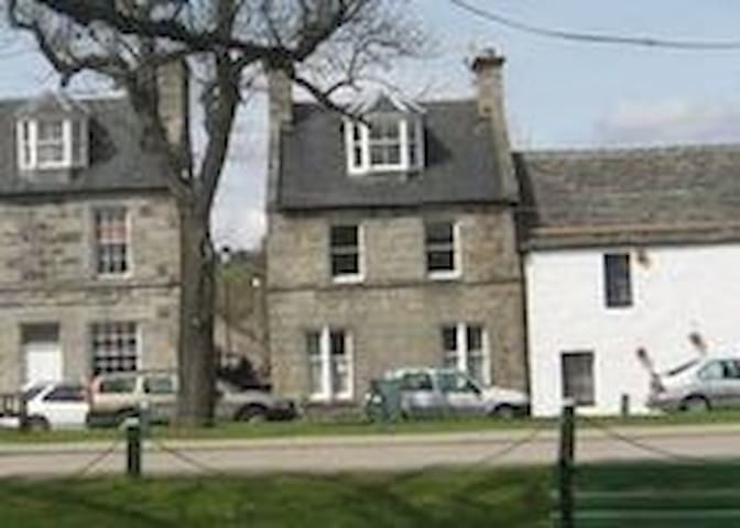 House  - 11 The Square - Sleeps 6 - Grantown-on-Spey - Huis
