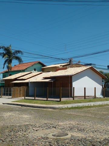 Casa confortável e ampla - Torres - Huis
