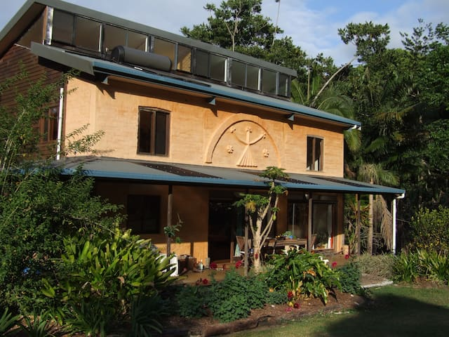 Byron Bay Hinterland Eco-chic home - Goonengerry