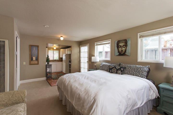 Cozy garden westside king suite - Santa Cruz - Apartament