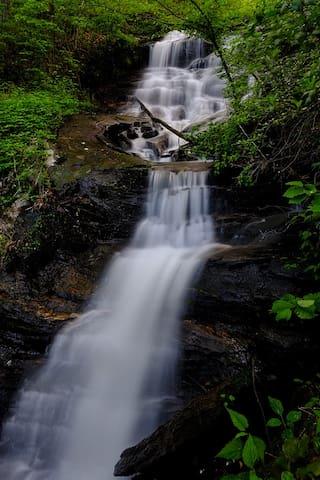 A Waterfall, Mtn, GREAT Hottub - Jasper - Talo