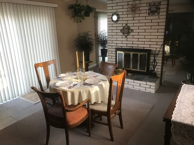 Well-kempt house great for families or business - Oak Park - Casa