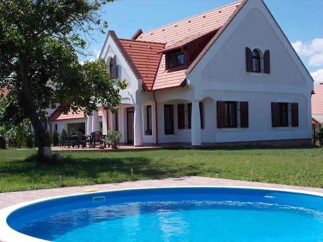 Stimmungsvolles Bauernhaus mit Pool - Nagyvázsony - Huis