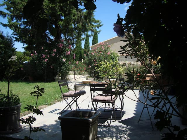 Avignon countryside, apt w. garden - Domazan - Rumah