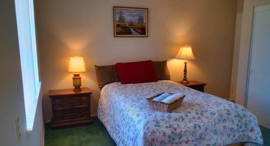 Cozy Room: Comfortable Bed and Nice Yard View - Fountain Valley