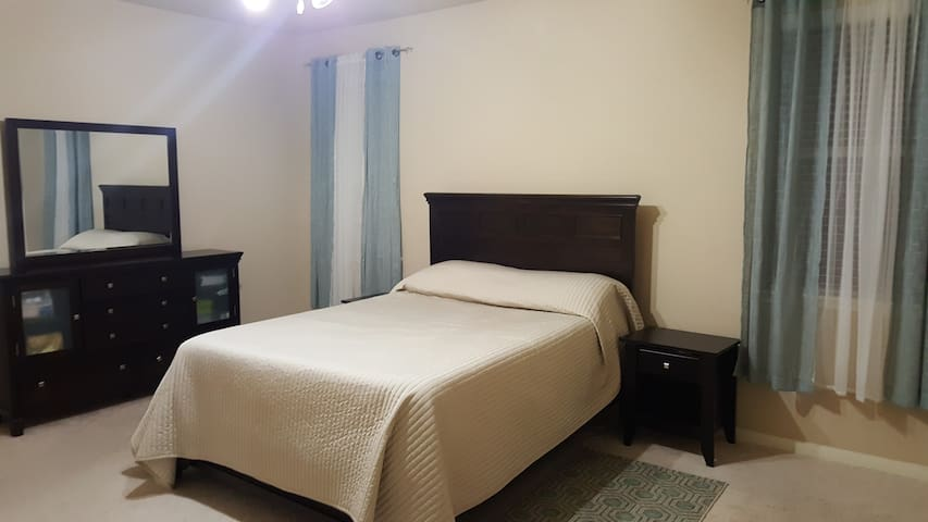 Spacious Master Bedroom with Private Bathroom - Katy