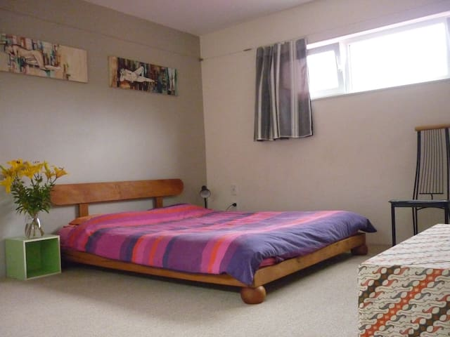 Basic but spacious double  room - Puhoi - Huis