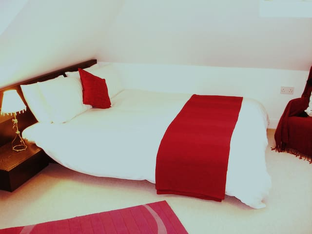 Spacious double bedroom with en suite bathroom - Ashtead - Hus