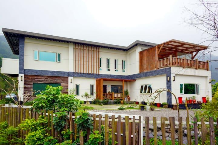 梅花湖旁之微型包棟莊園,靑山環繞綠意盎然,結合生態與旅遊,適合家人及好友一同遊玩。 - Dongshan Township - Dom