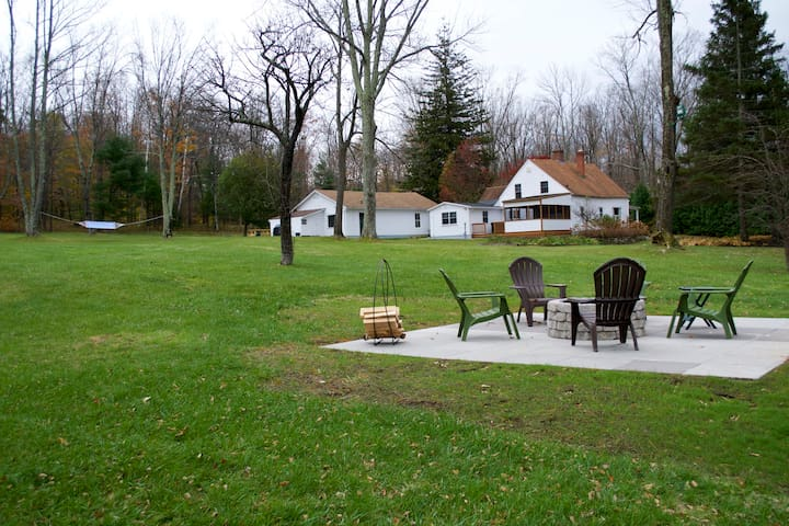 Rustic 472-acre retreat with pond - dog friendly! - Colebrook - Hus