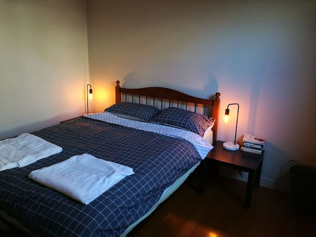Room close to the airport and city - Essendon