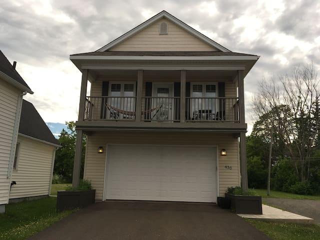 Private and comfortable guest bedroom/bath. - Moncton - Hus