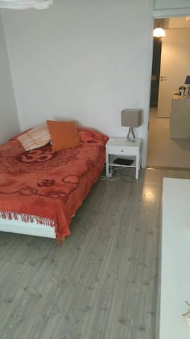Spacious & cozy room only 20 min.from Sthlm City - Spånga  - Leilighet