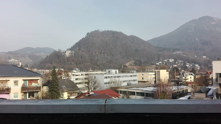 Lovely private room in two floor apartment - Salzburg - Appartement