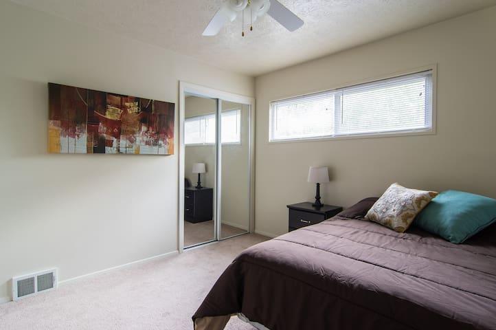 Private Guest Bedroom in Akron - Fairlawn - Departamento