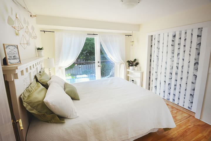 Sunny room, big shared house & pool - Sechelt - Hus