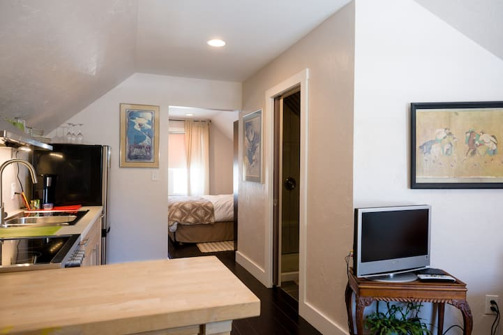 Cozy modern 1BR mtns/city access. - Lakewood