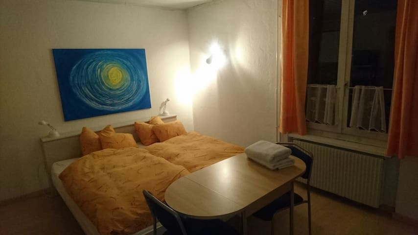 Studio mit eigenem Badezimmer in Bremgarten AG - Bremgarten - Departamento