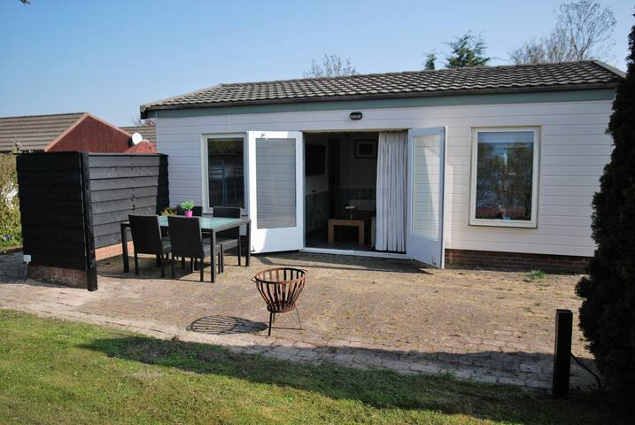 Wonderful Bungalow near by the sea, beach and dune - Warmenhuizen - Hytte