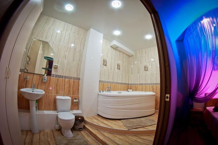 Уютный гостиничный номер с джакузи - Ulyanovsk - Huis