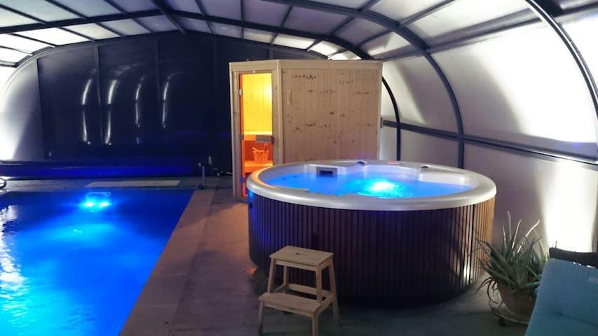 B&B le Patio, Spa piscine et sauna - Grazac - 家庭式旅館