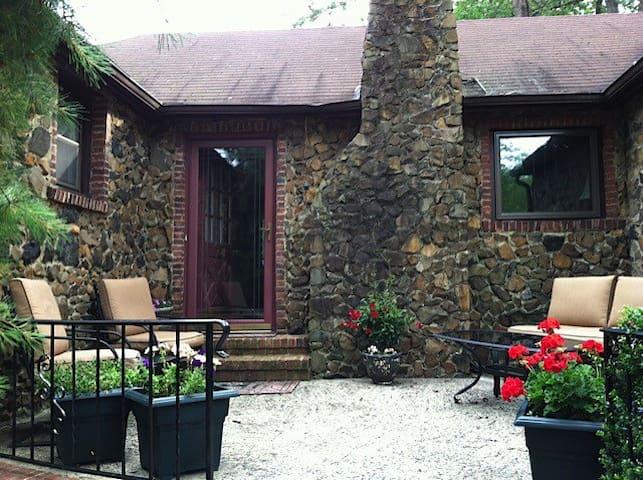 Charming English Stone Cottage - Scotch Plains - Huis