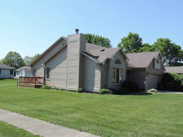 ranch style, grill, backyard, deck, garage - Greenfield - Casa