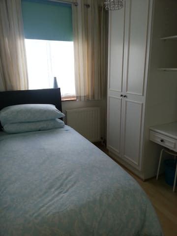 relaxing boxroom,parking,wifi& near tube - Hornchurch