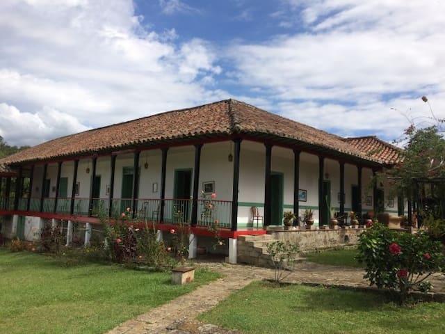 EXCLUSIVA CASA TRADICIONAL CON PAISAJE - Cachipay - Бунгало