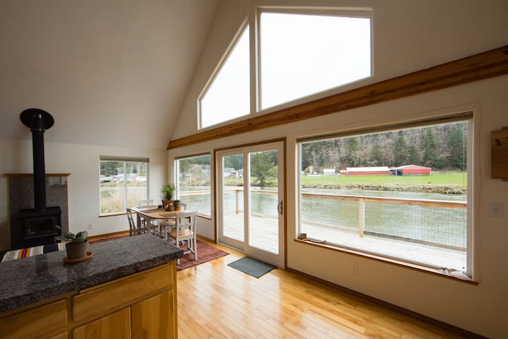 Bright and Cozy River-Front Cottage! - Pacific City - Huis