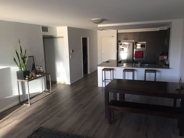 Cool spacious 2 bedder in the CBD - Newcastle - Lägenhet