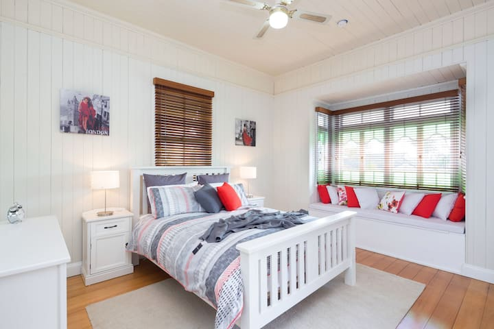 Charming Self-contained Queenslander Apartment - Coorparoo