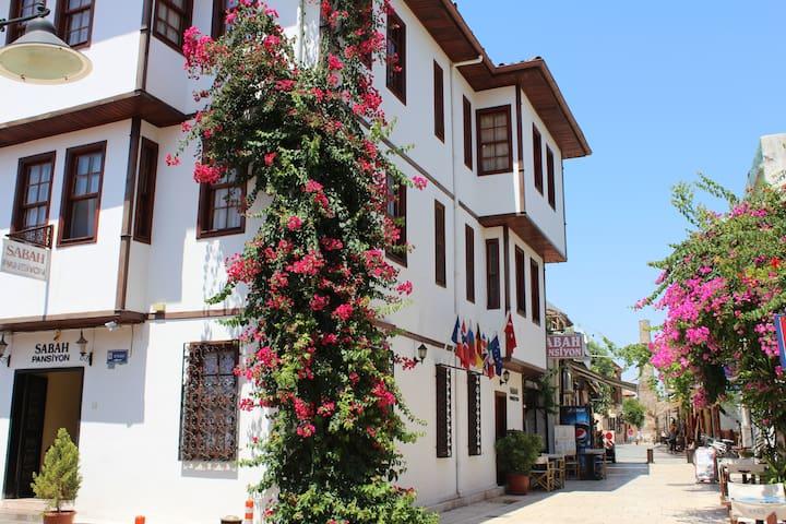 Basic Single Room in the Oldtown - Antalya - Bed & Breakfast