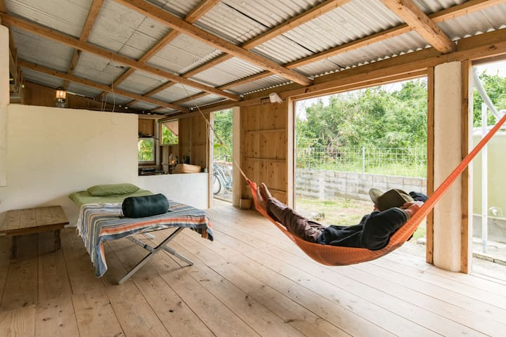 Independent cabin sacred  retreat by the beach - Uruma - Stråhytte
