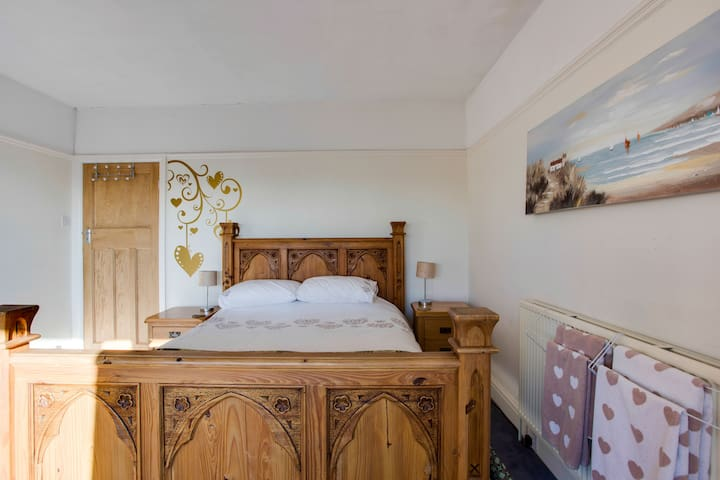 Spacious and bright large bedroom - Sketty