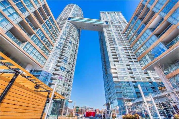 Downtown Modern Apartment with Private Patio - Toronto - Departamento