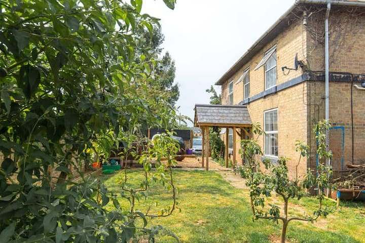 Victorian Farmhouse,Animals & Stables -Single Beds - Cambridgeshire