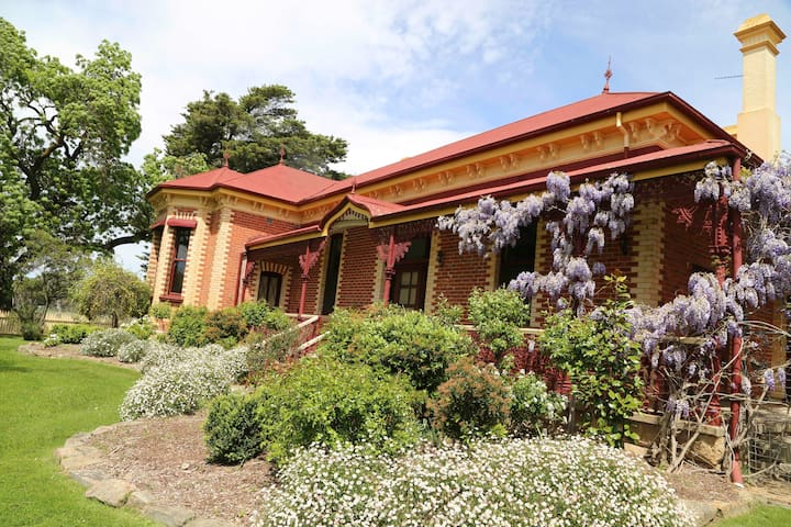 Historic Vine Lodge Homestead at Seppelt Winery - Great Western - Bed & Breakfast